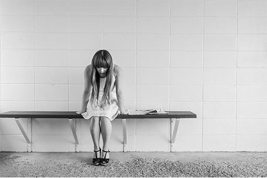 chica depresiva mirando al suelo