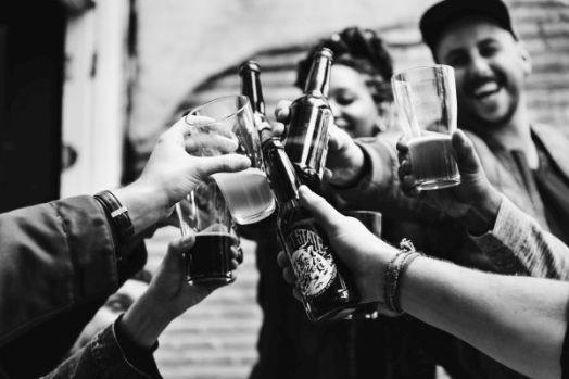 adolescentes bebiendo en la calle